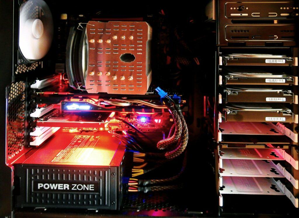 rdenador aberto con luz roja