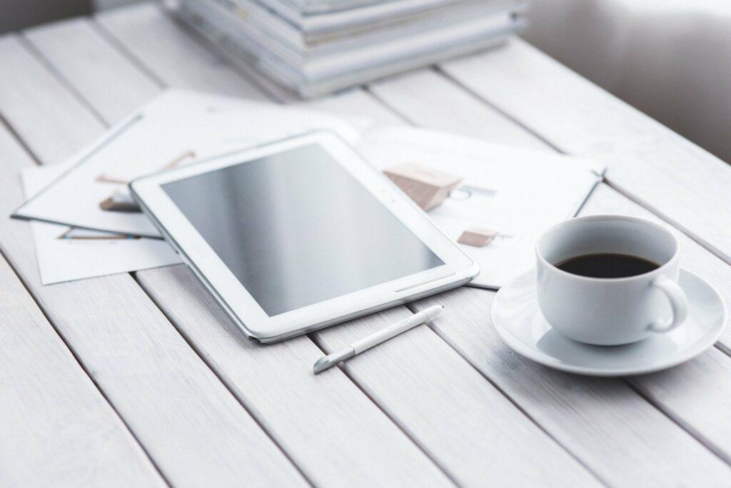 tablet con taza de cafe