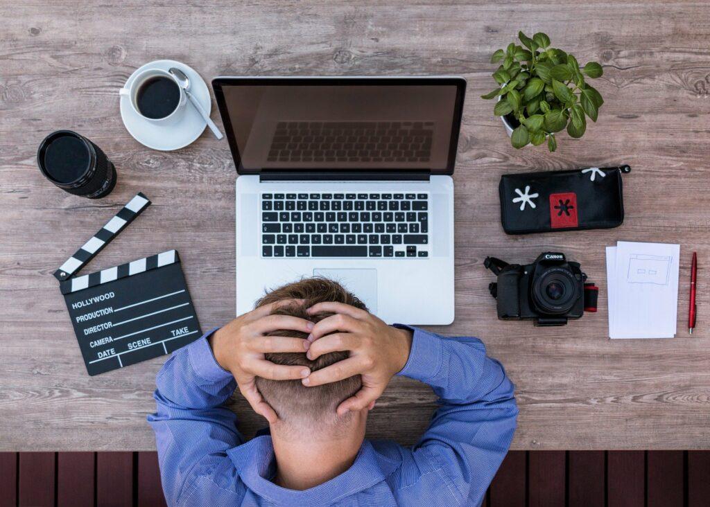 Hombre desesperado por ordenador lento