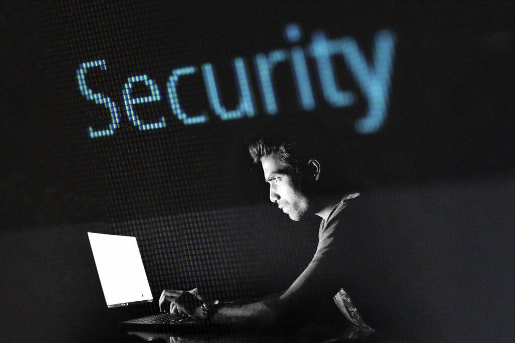 Hacker informàtic mirant monitor.