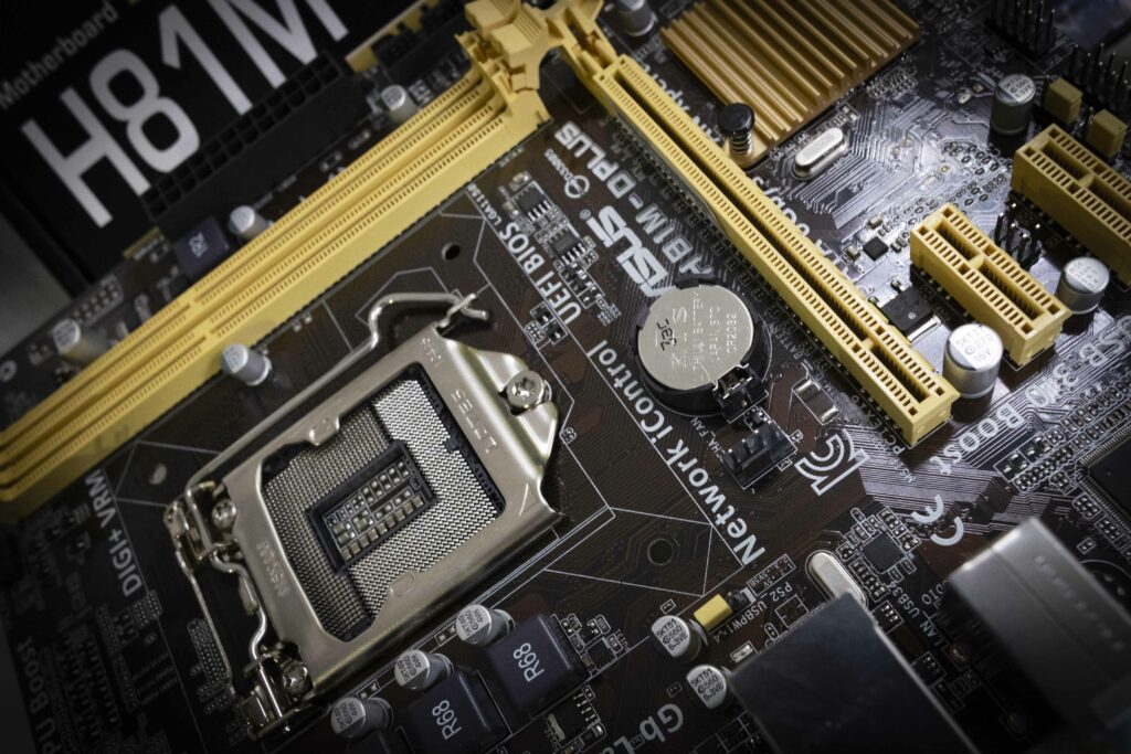 Placa base o placa madre de un ordenador. Es donde van conectados todos los componentes del ordenador.